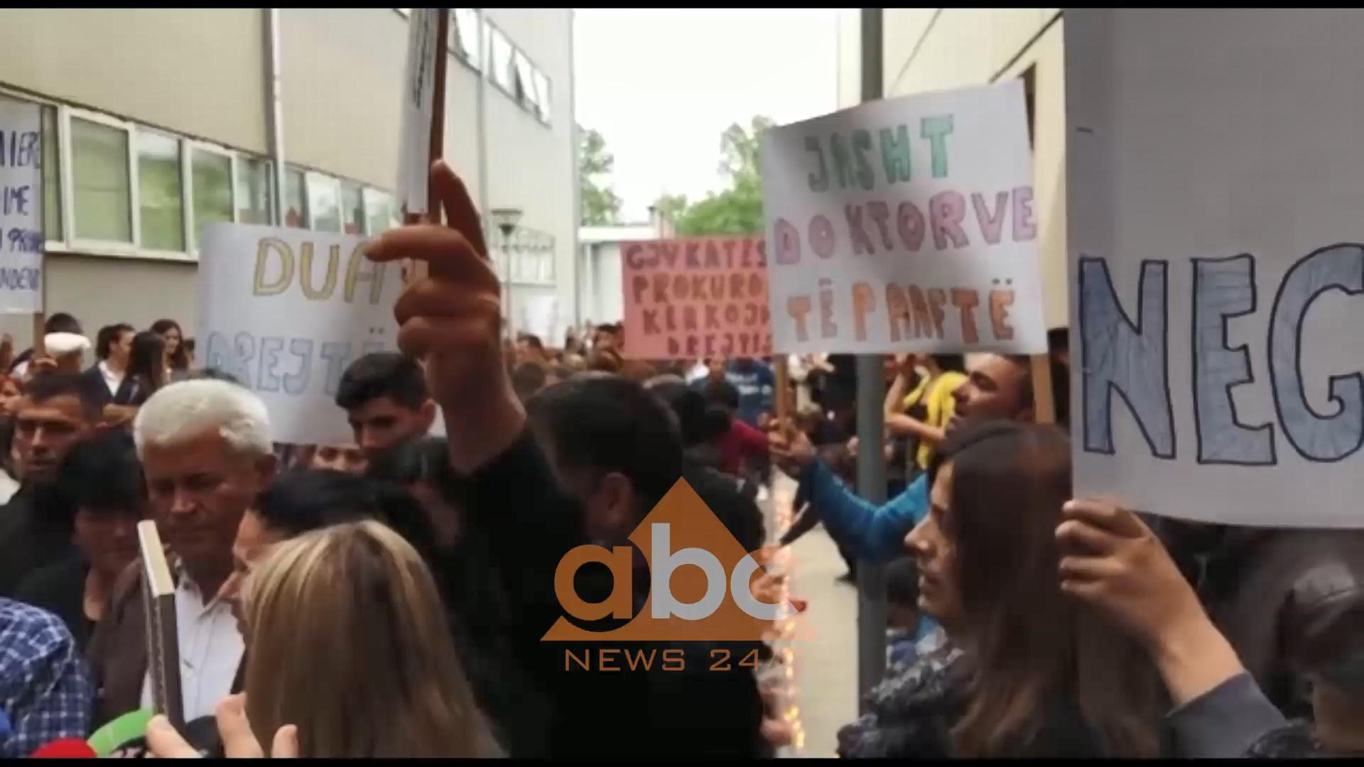 Vdekja e 25 vjeçares në Elbasan, dhjetra qytetarë protestë me familjarët