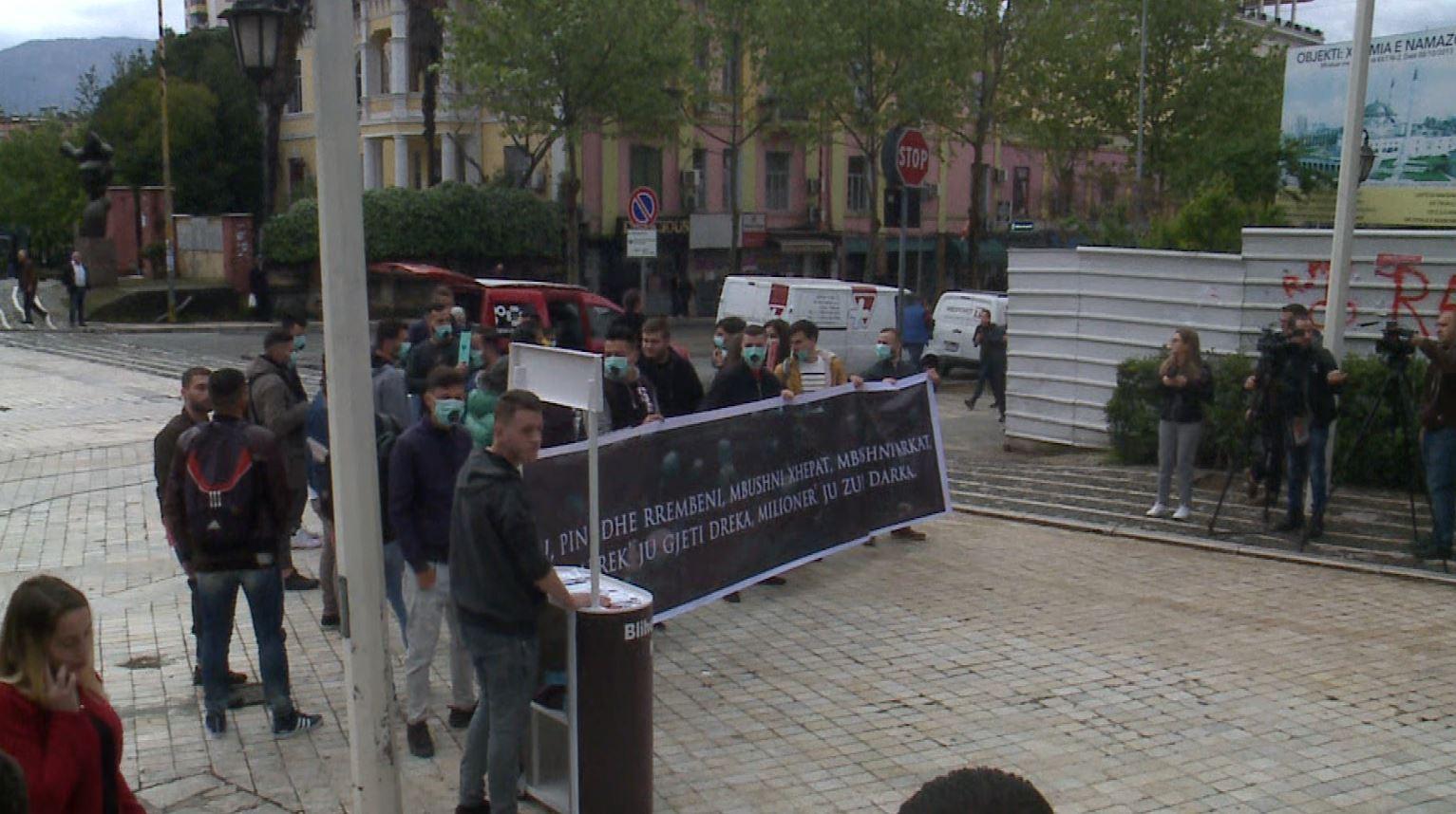 Protesta simbolike e opozitës përpara parlamentit, FRPD ironizon deputetët