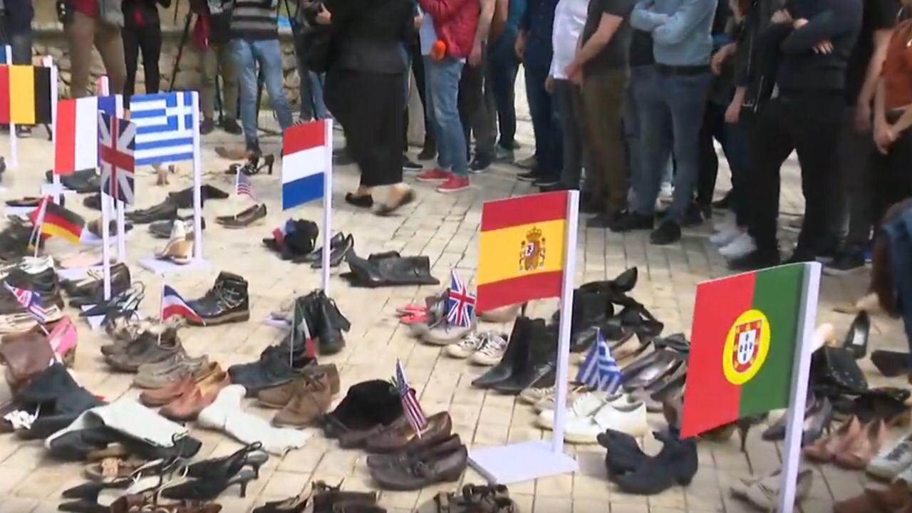 Të rinjtë protestojnë me këpucë përpara Parlamentit