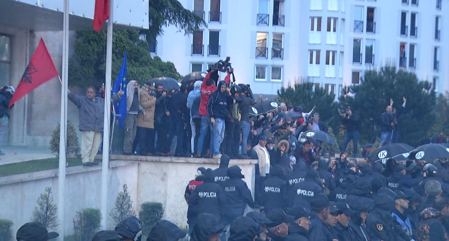 Protestuesit thyejnë kordonin e policisë