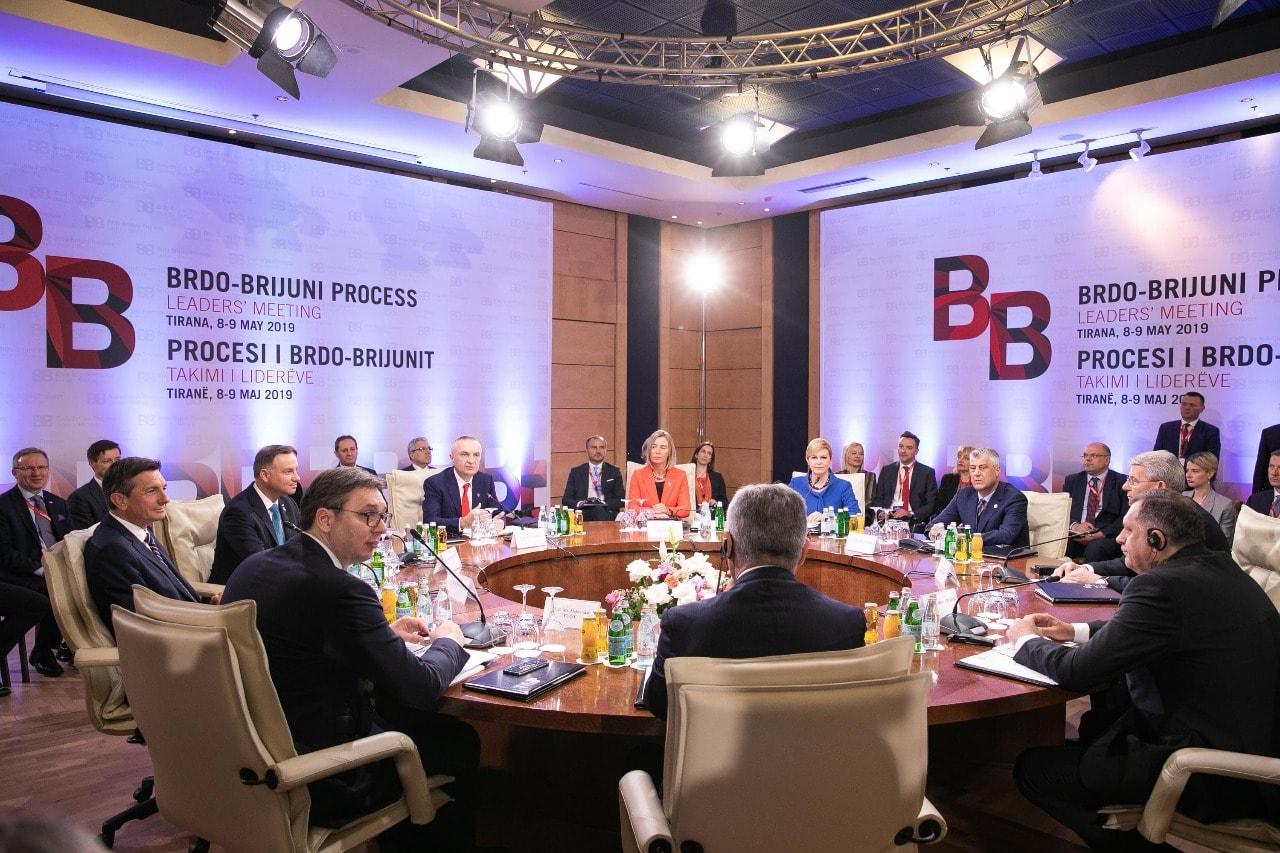 Thaçi anullon drekën e Samitit