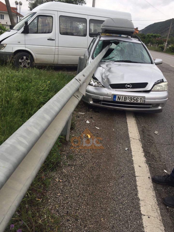 Elbasan, barriera e rrugës çan mes për mes makinën
