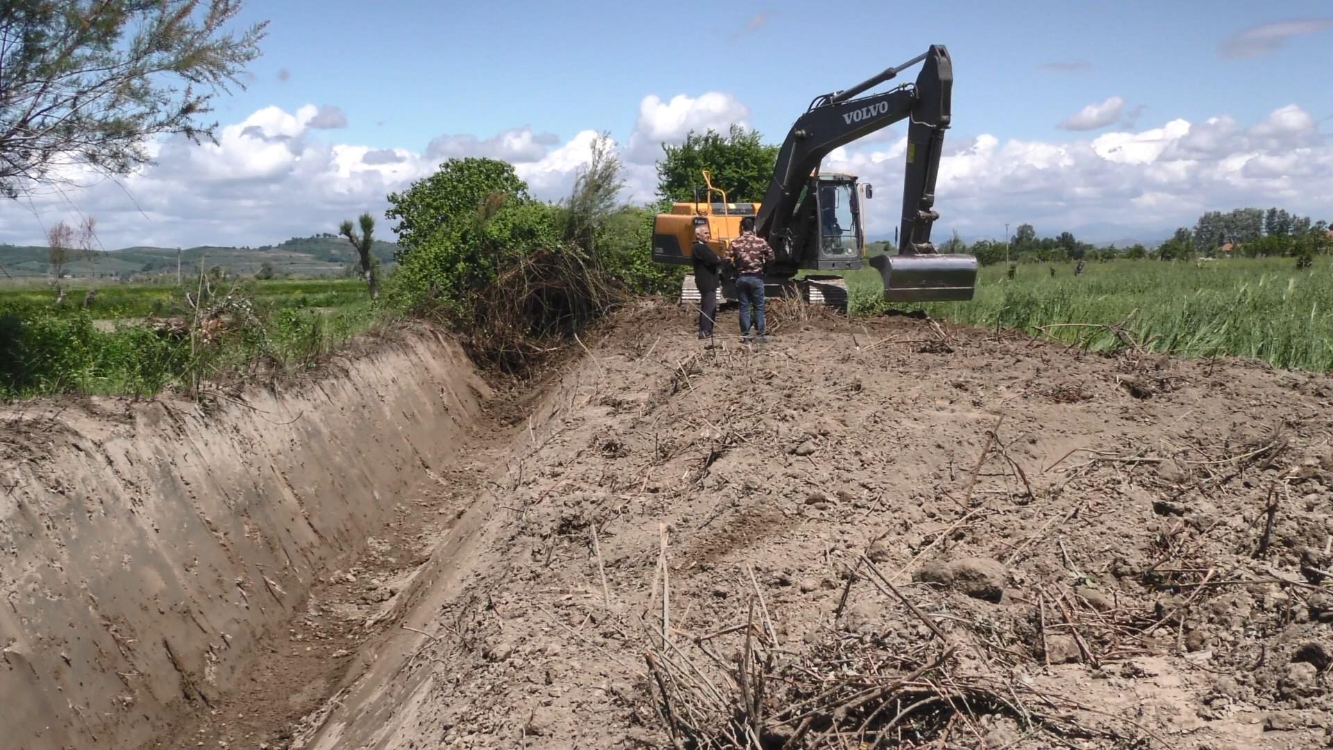 Fier, kanalet e tokave të Myzeqesë më shumë se 30 vjet pa u pastruar