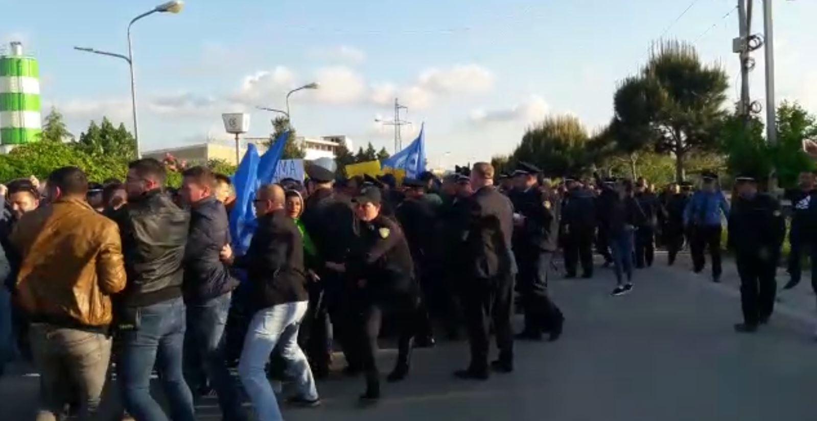 Video/ Protestuesit çajnë kordonin e policisë në Fier dhe Kukës