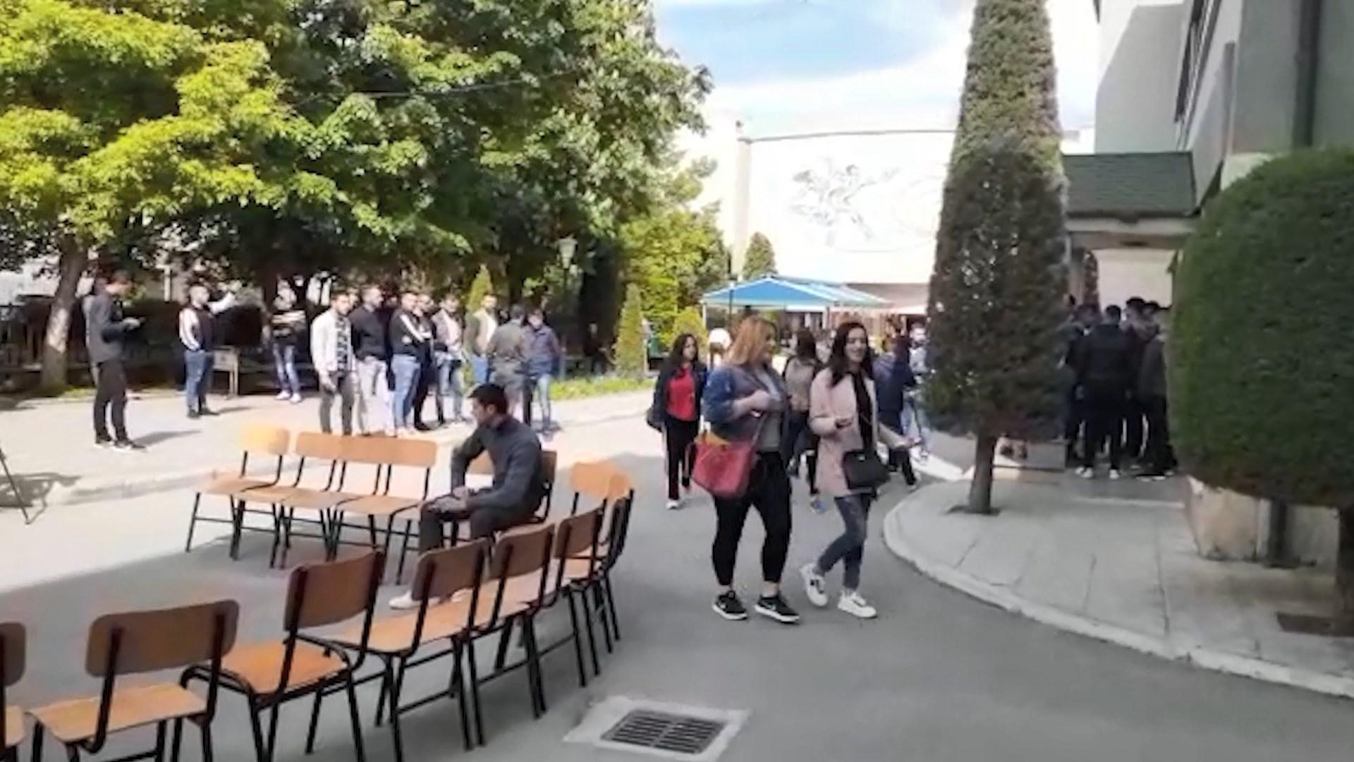 Studentët e Korçës protestë para Korpusit, do të bashkohen me të Tiranës