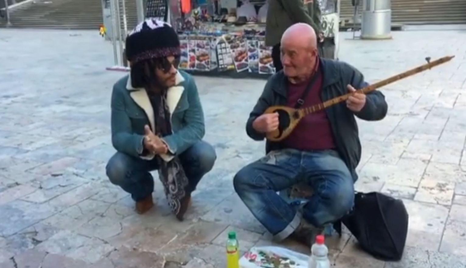 Këngëtari me famë botërore shijon tingujt e çiftelisë