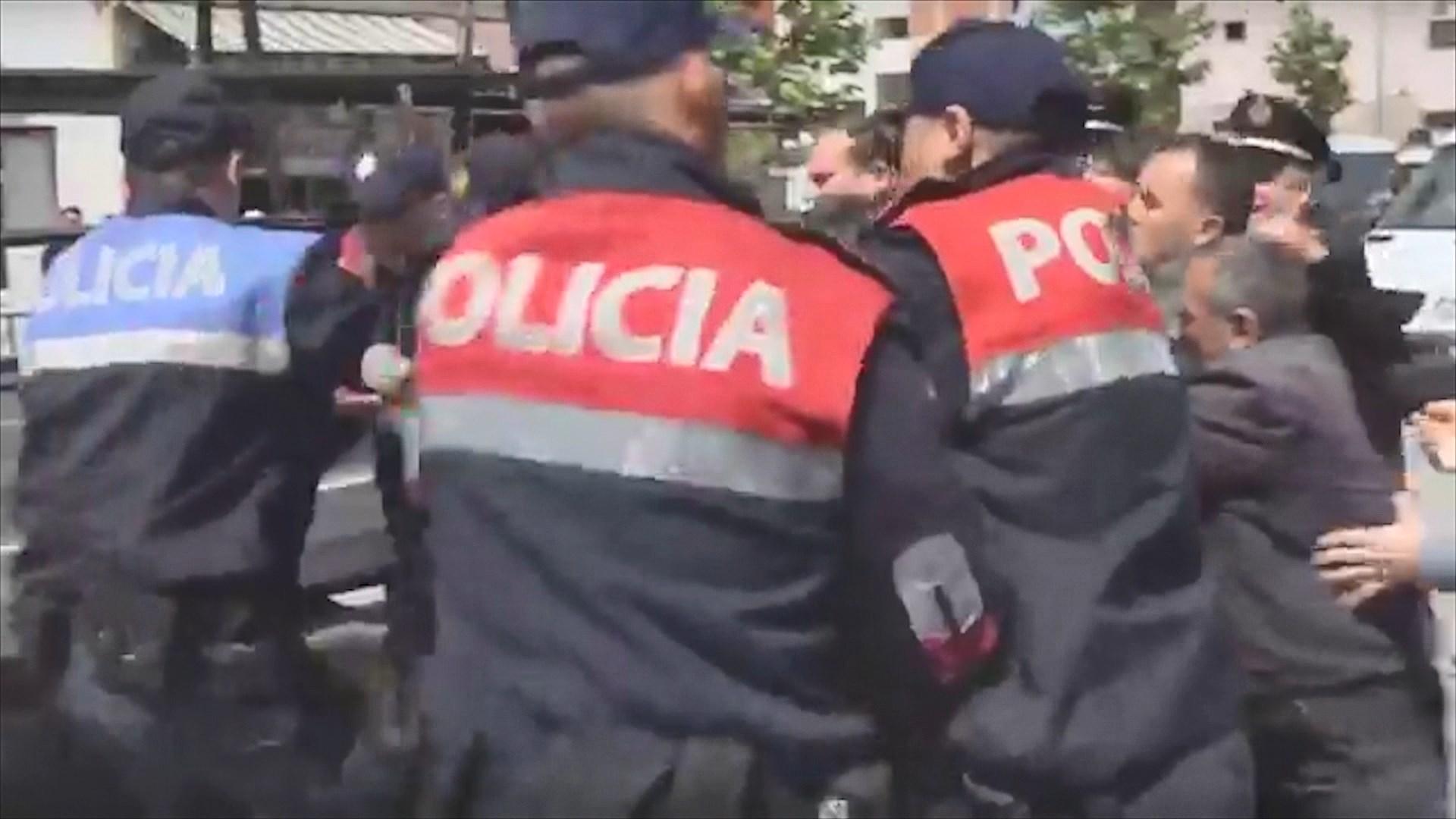 Banorët e Astirit përplasen me policinë, bllokuan rrugën ku do kalonte Rama