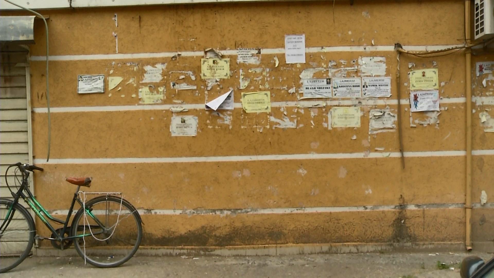 Si i shohin qytetarët njoftimet nëpër pemë, shtylla dhe fasada?