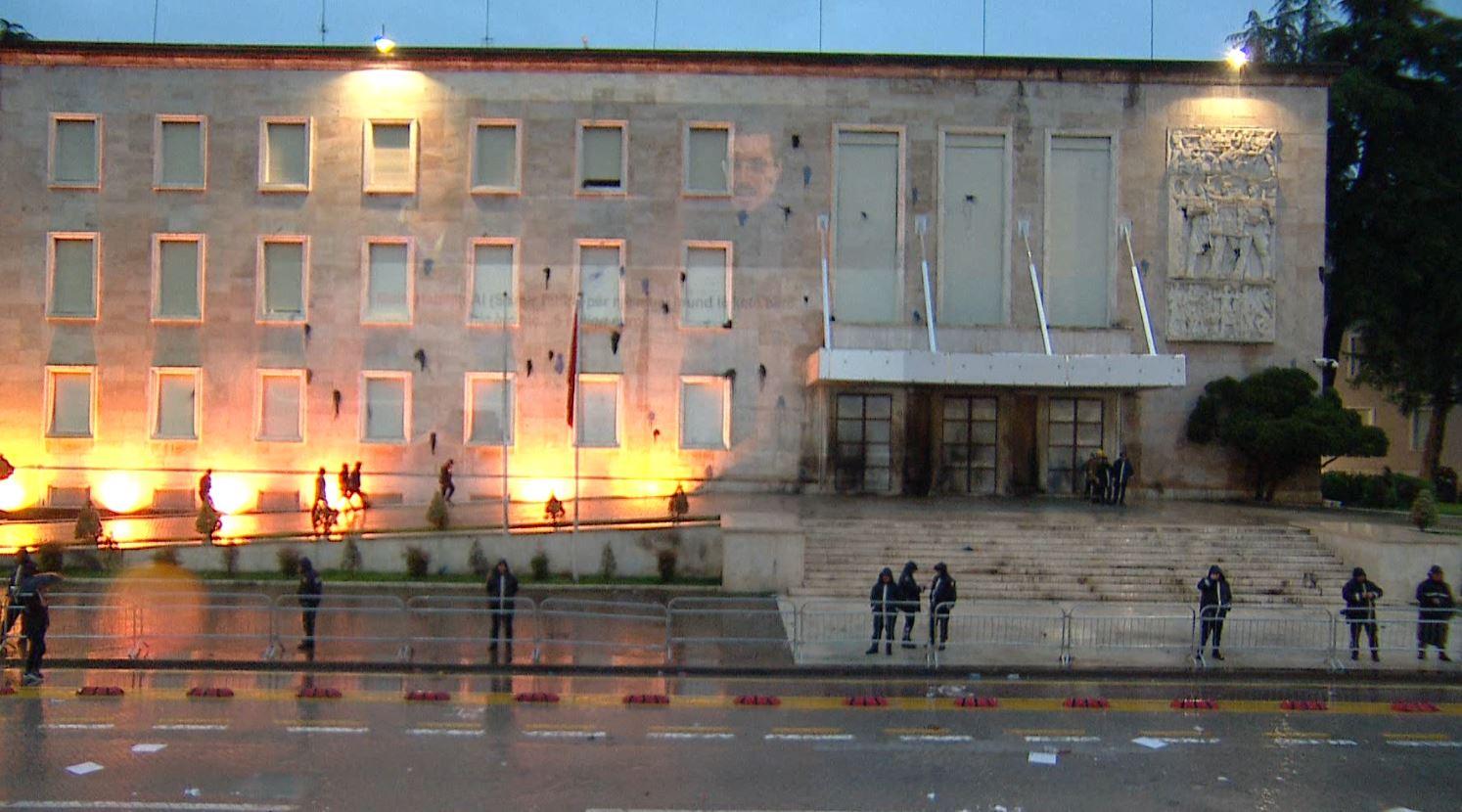 """""""Rama shporru"""", fotoja e Tahirit në muret e Kryeministrisë"""