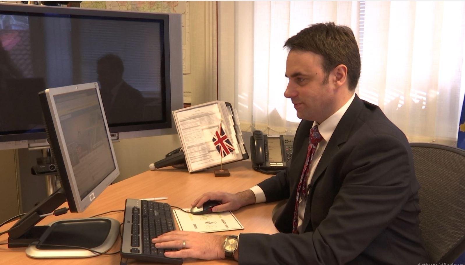 Kosovë, ambasadori britanik u përgjigjet të rinjve