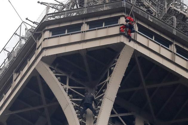 "Ngjiti pa leje Kullën Eifel, ""alpinisti"" negocion me zjarrfikësit"