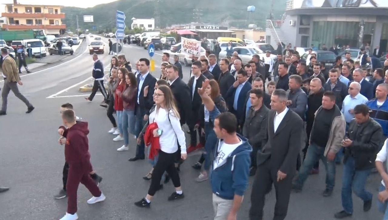 Opozita bllokoi për dy orë 12 akse rrugore në vend