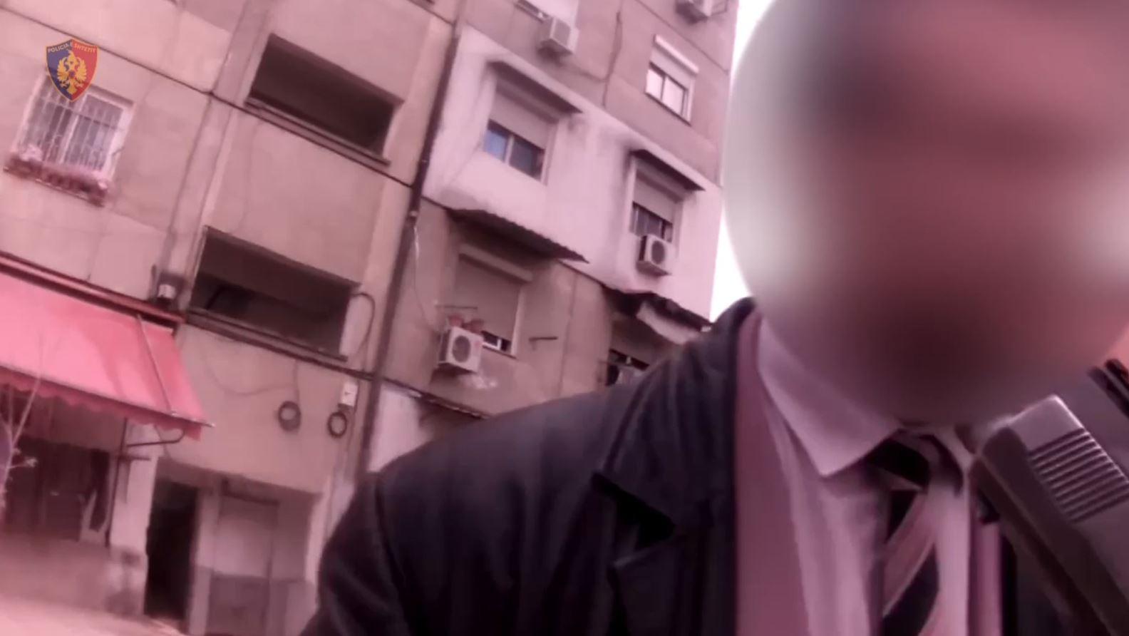 Prezantohet si agjent i policie, pranga mashtruesit