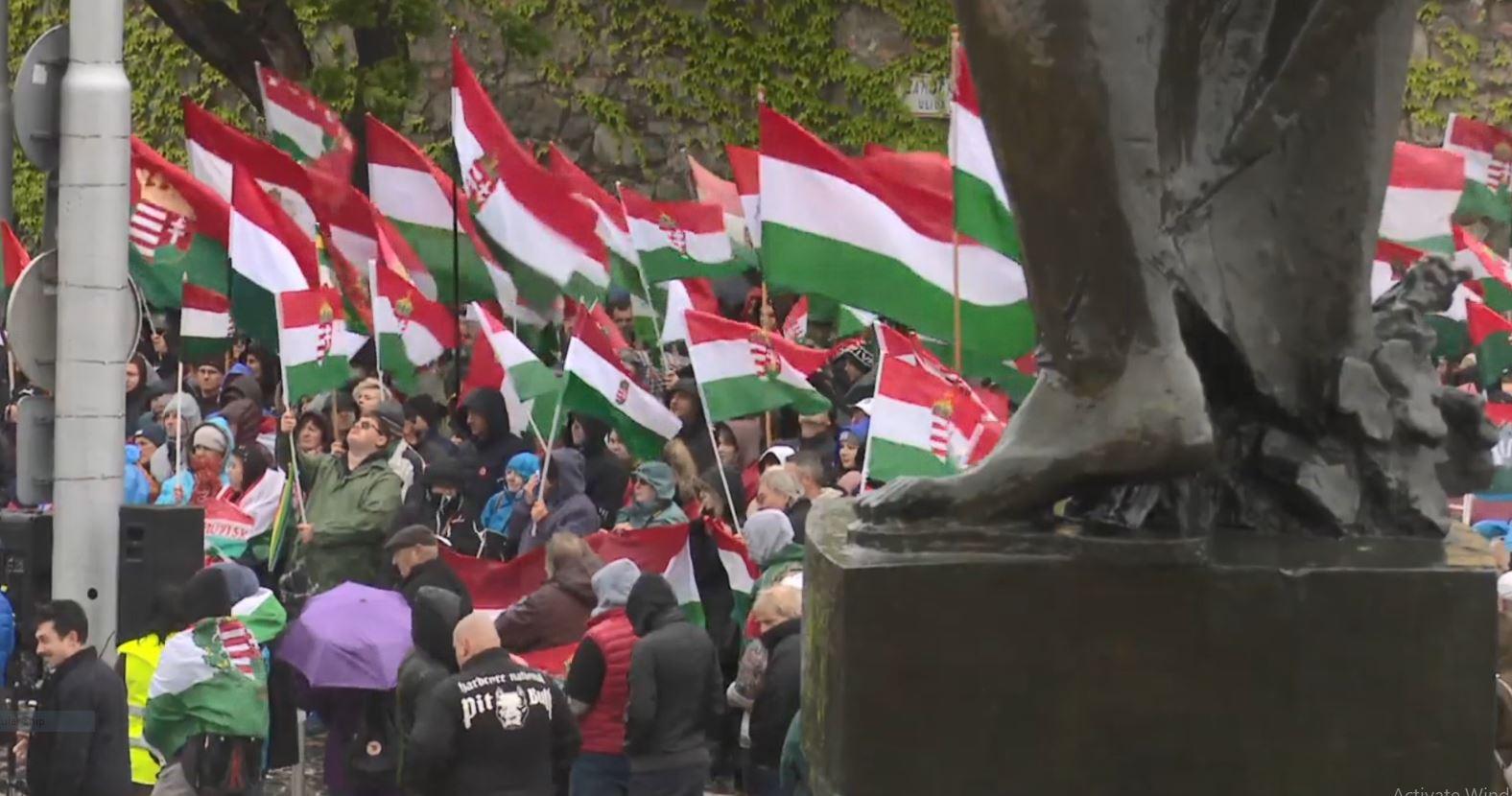 Hungarezët protestojnë në Sllovaki kundër ligjit që ndalon himnet e huaja