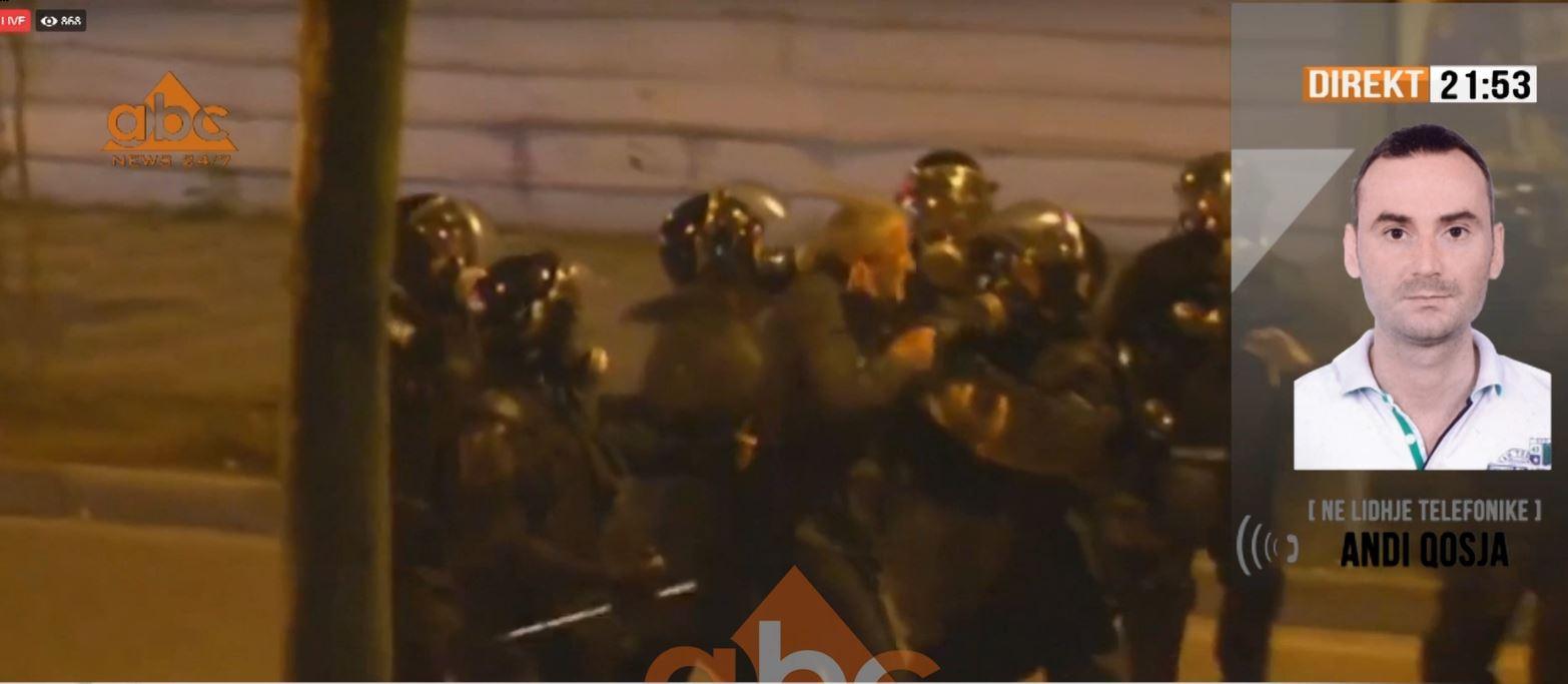 Shikoni si dhunohet nga policia zyrtari i PD-së (Video)