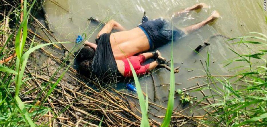 Foto shokuese, babai dhe vajza mbyten teksa përpiqen të kalojnë kufirin