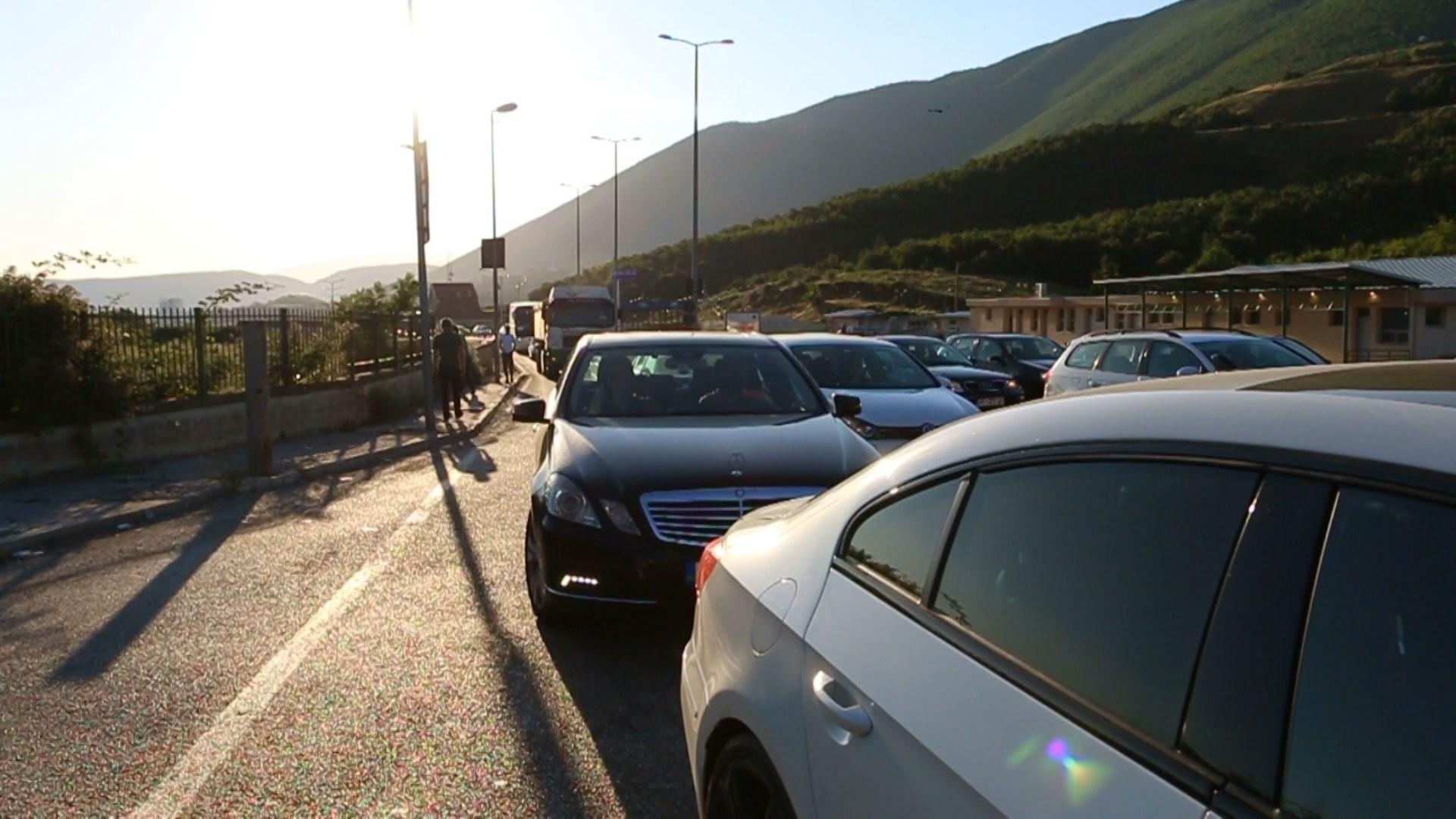 Radhë automjetesh në Morinë, kosovarët drejt Shëngjinit dhe Velipojës