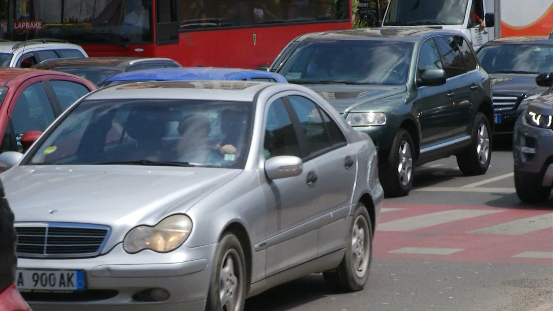 Lejohet qarkullimi me kolaudim të skaduar, por policia të penalizon rëndë pa siguracionin