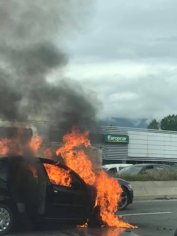 Merr flakë makina në autostradë