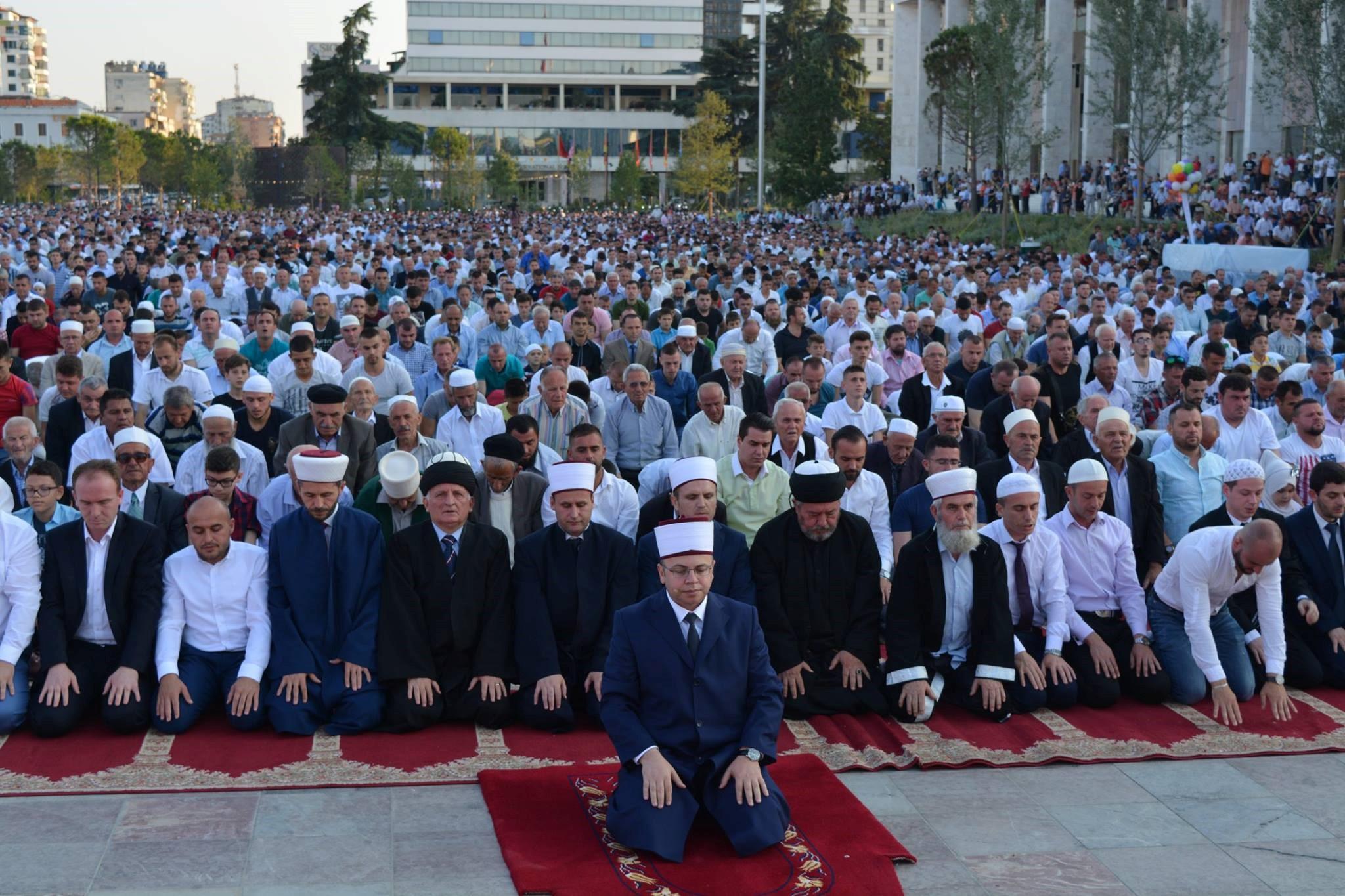 Fiter Bajrami në Tiranë, besimtarët urime për unitet, paqe e lumturi