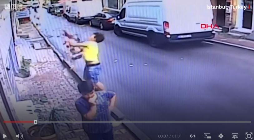 Heroi 17-vjeçar shpëton vogëlushen (Video)