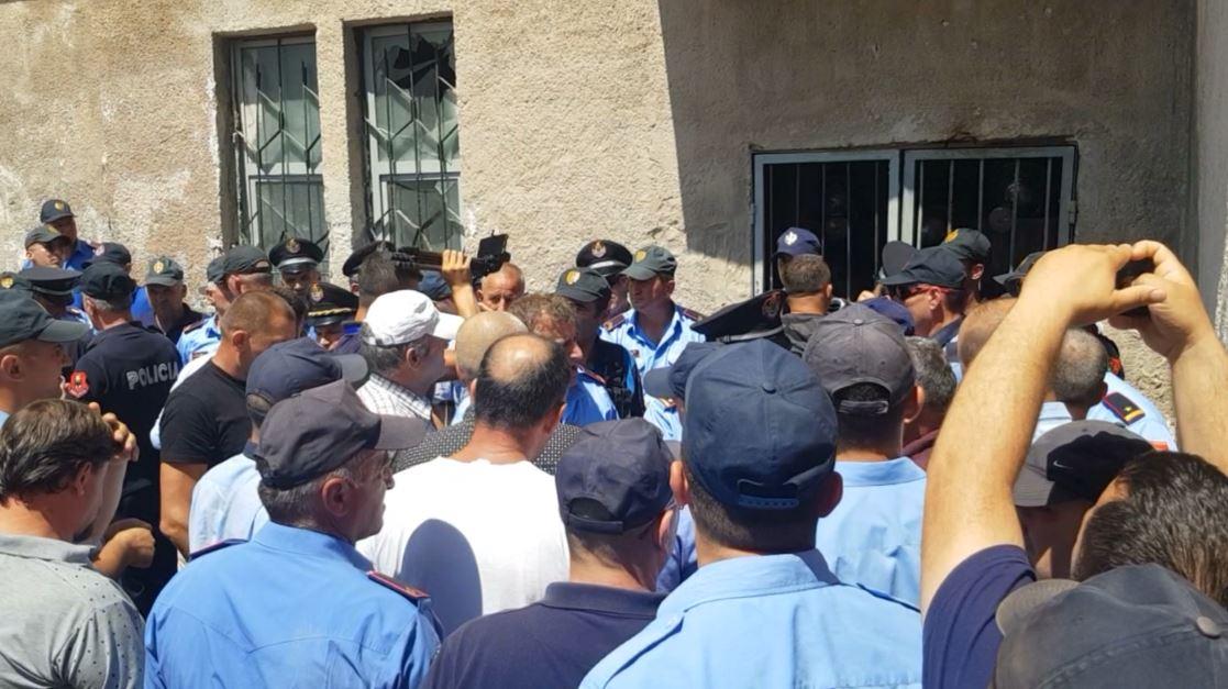 Kukës, pas dy orë përplasje, policia tërheq materialet nga KZAZ
