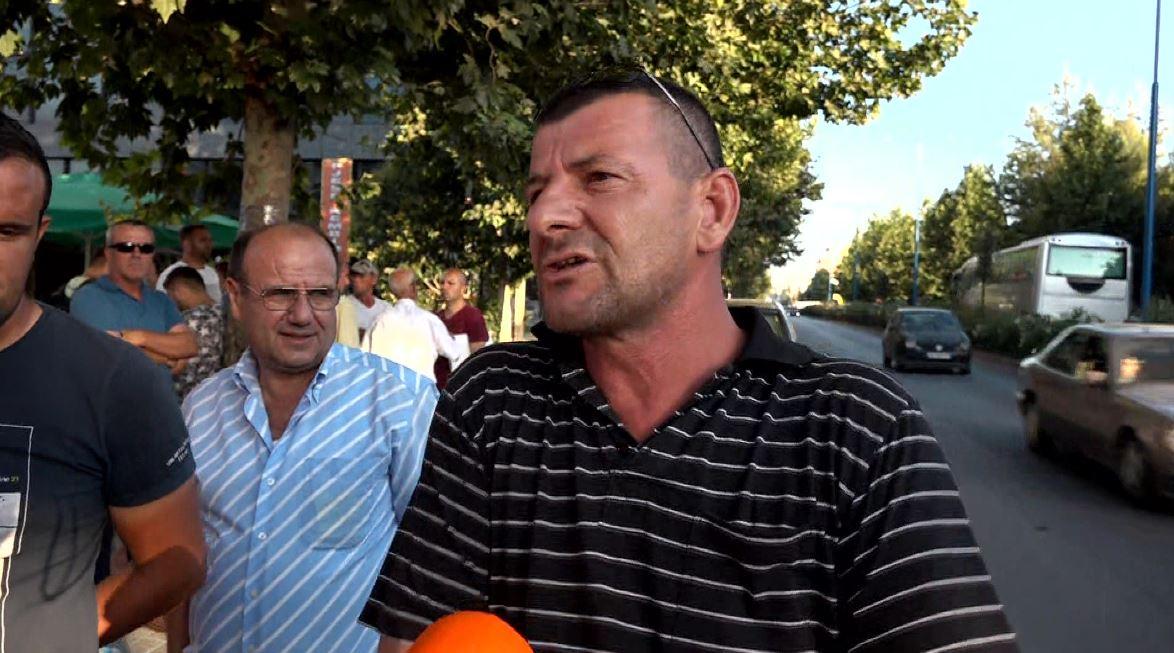 """""""I kanë marrë me zor"""", qytetarët qëndrojnë përpara KZAZ-së në Kamëz (Video)"""