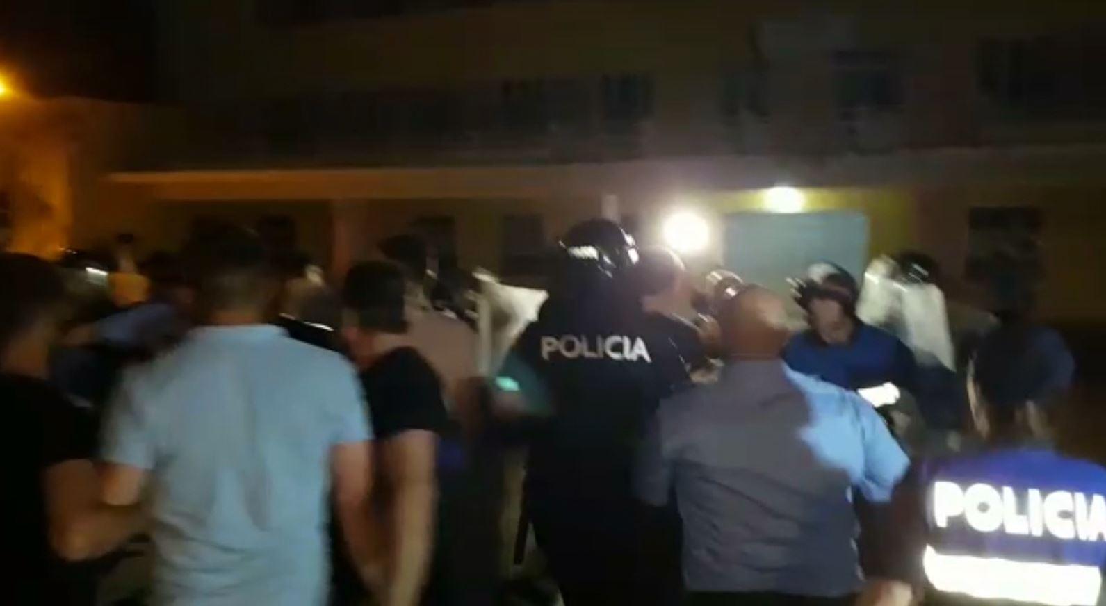 Dibër, Policia e Shtetit: Ndaloni sulmin mbi forcat e rendit, po rrezikoni jetën e tyre
