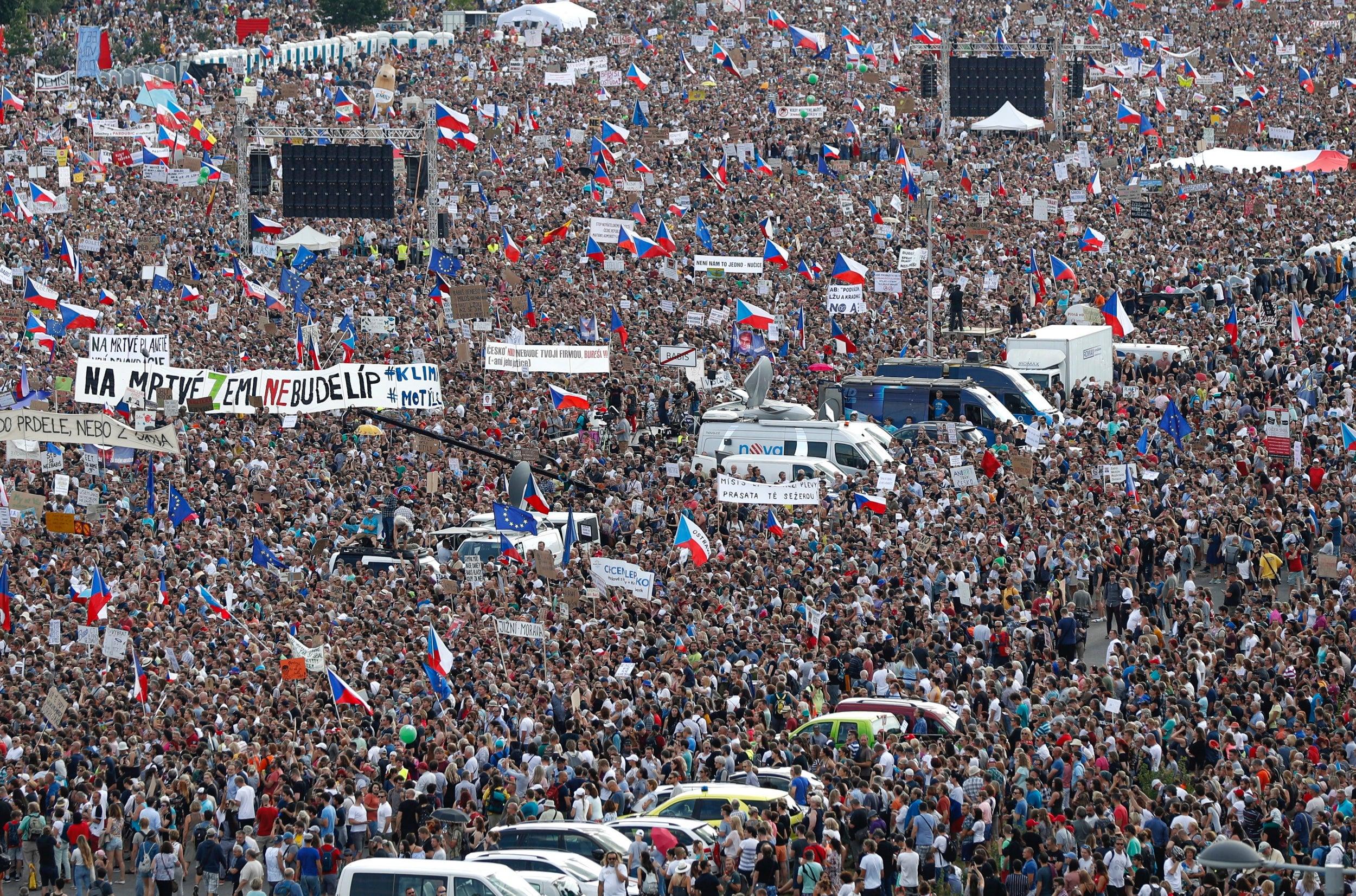 Pragë, mijëra protestues kërkojnë dorëheqjen e Kryeministrit, Andrej Babis