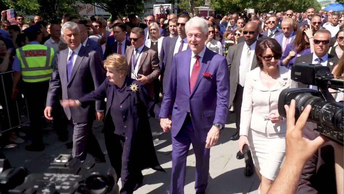 Prishtinë, nderohet sërish ish-presidenti Clinton
