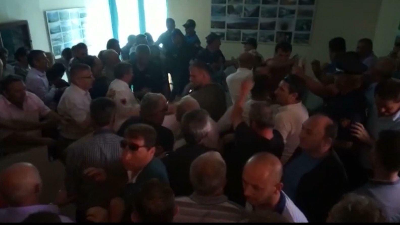 """Shkatërruan KZAZ-në Tropojë, """"arrest me burg"""" tre protestuesve"""