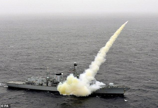 Tre anije iraniane përpiqen të bllokojnë cisternën britanike