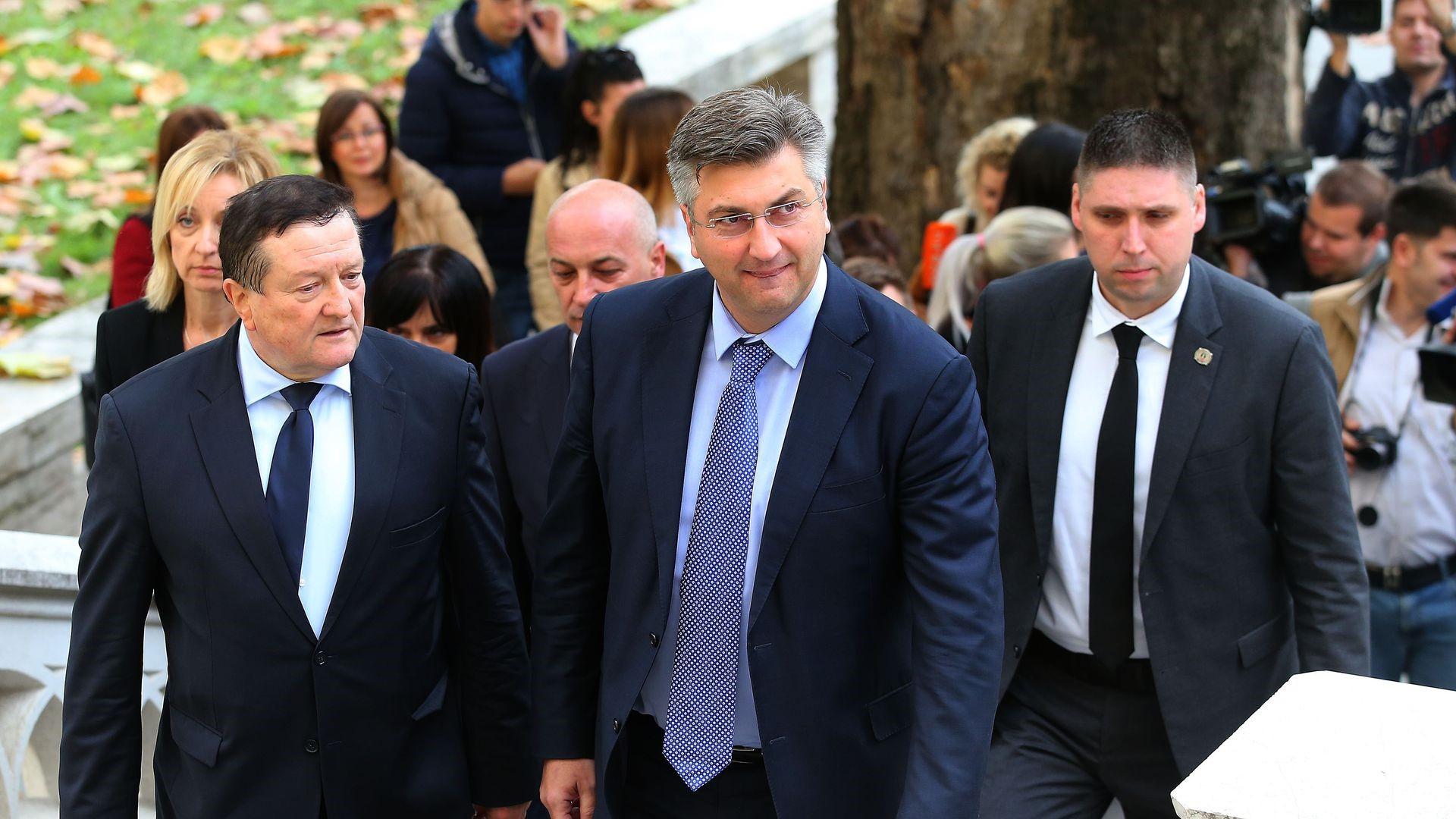 Kryeministri kroat i shoqëruar me truproja, shpërthejnë polemikat