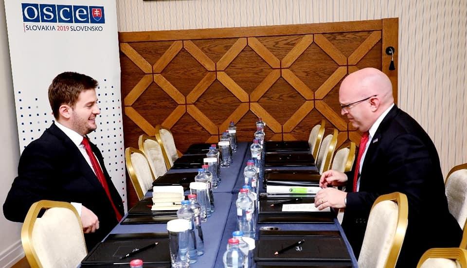 Cakaj takohet me zyrtarin amerikan: SHBA mbështet hapjen e negociatave