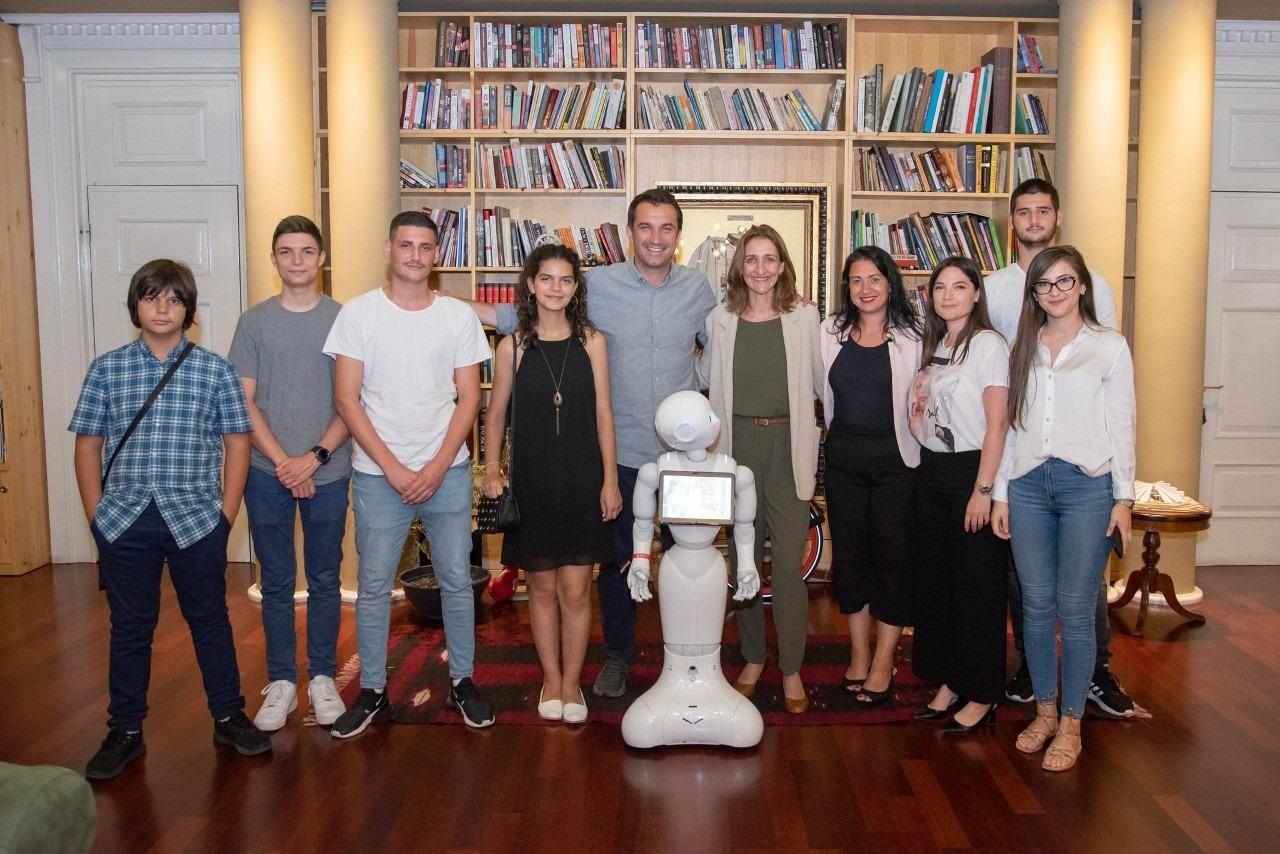 Veliaj takon të rinjtë që morën çmimin e dytë në Olimpiadën e Robotikës në Meksikë