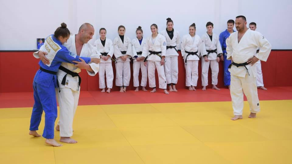 Ramush Haradinaj bën xhudo me kampionen olimpike Majlinda Kelmendi
