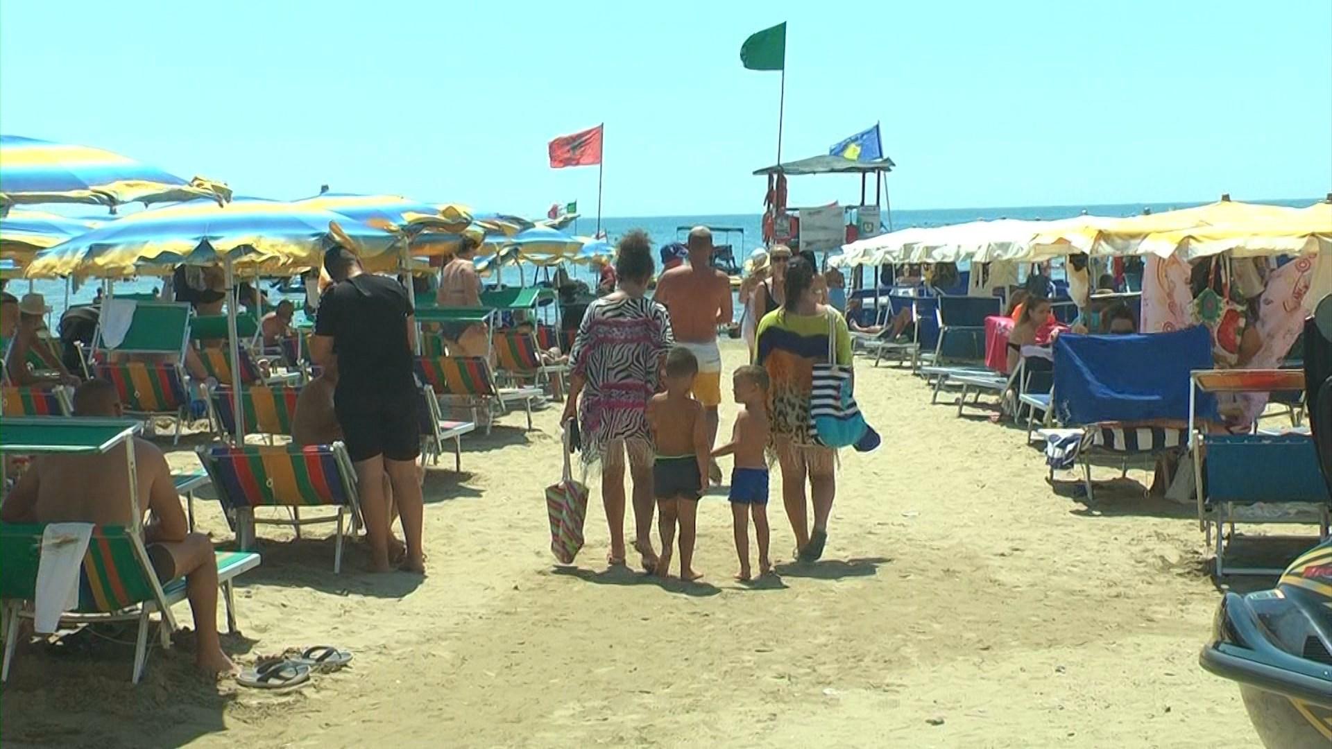Fundi i korrikut shënon fluksin më të lartë të turistëve në plazhet e Durrësit