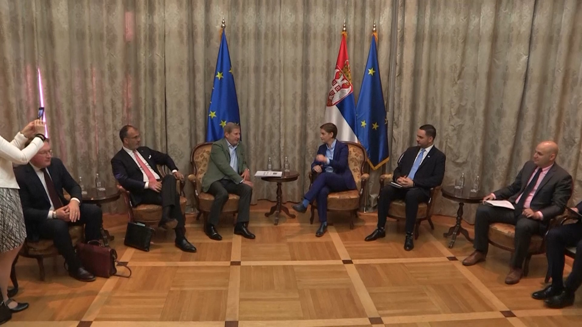 Hahn në Beograd: Shpresoj që Shqipëria e Maqedonia e veriut të hapin negociatat në shtator