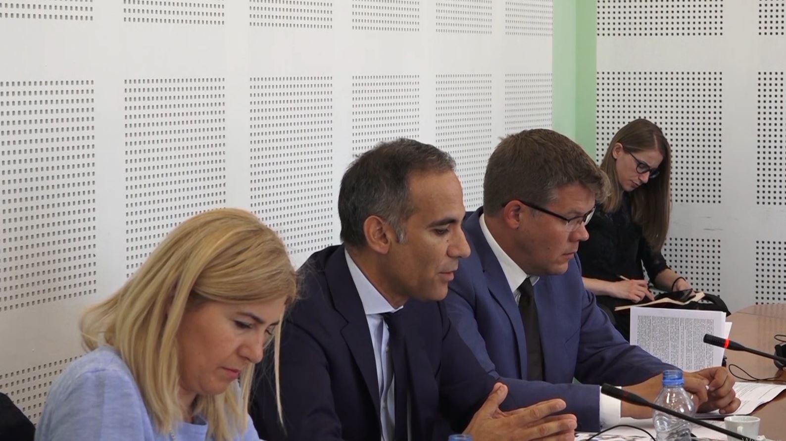 """Bashkimi Evropian """"rinovon"""" kritikat ndaj qeverisë së Kosovës"""