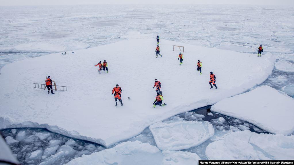 Vala e të nxehtit rrezikon shkrirjen e akullit në Grenlandë