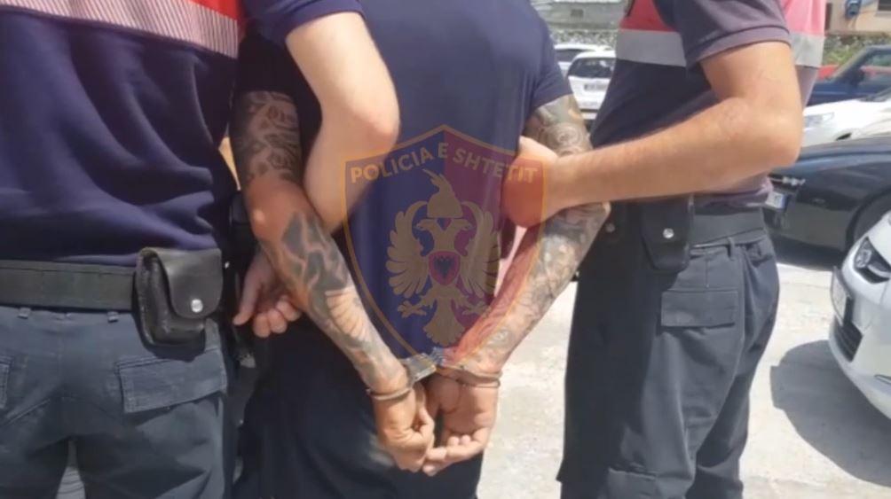 Burri kapet se rrahu gruan, bashkëshortes i gjendet një armë pa leje