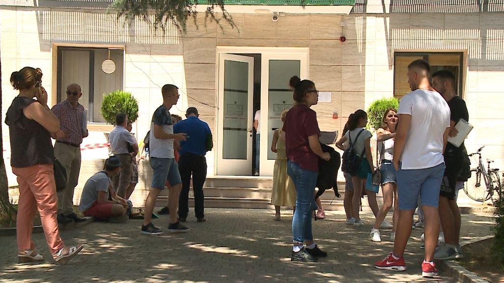 Të rinjtë largohen nga vendi