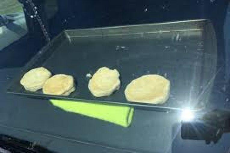 I nxehti përvëlues, piqen biskota në korskotin e makinës