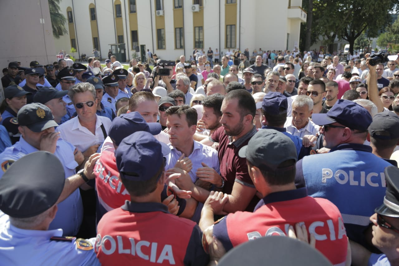 Çahet kordoni i policisë, ish-deputetët përplasen me efektivët