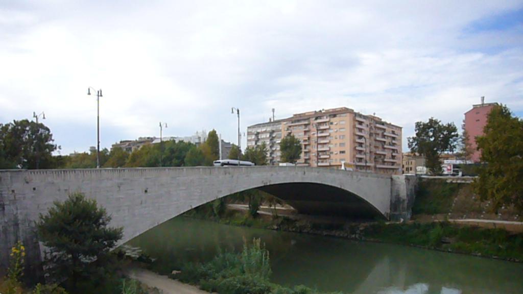 Gjendet e pajetë në lumë e porsalindura në Itali