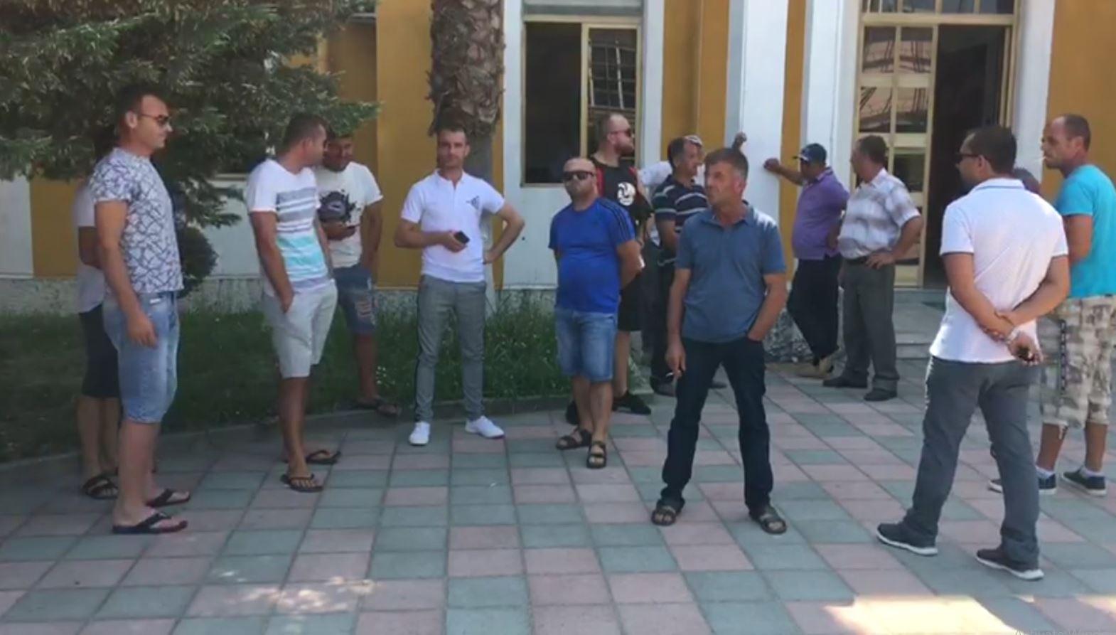 """""""Po na vjedhin bagëtitë"""", banorët e fshatit Belinë në protestë"""