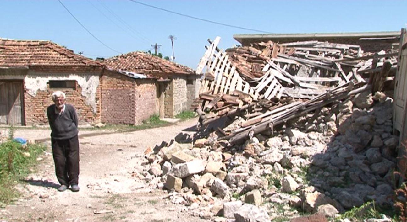 Një muaj pas tërmetit, banorët: Jemi keq, na ndërtoni shtëpitë