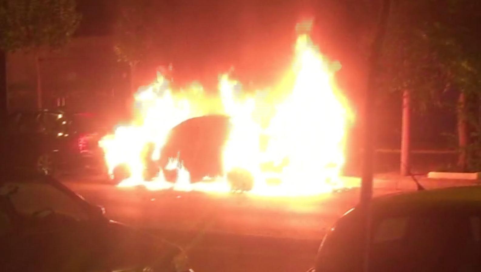 Digjet një automjet në Lazarat, dyshohet për zjarrvënie të qëllimshme