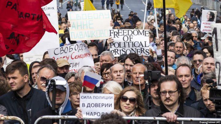 Protesta në Moskë: Mbi 20 mijë vetë në shesh