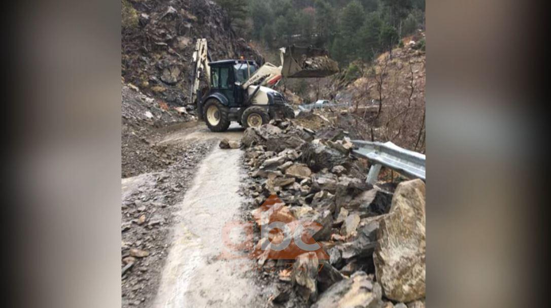 Masive gurësh bien në rrugë, bllokohet aksi turistik